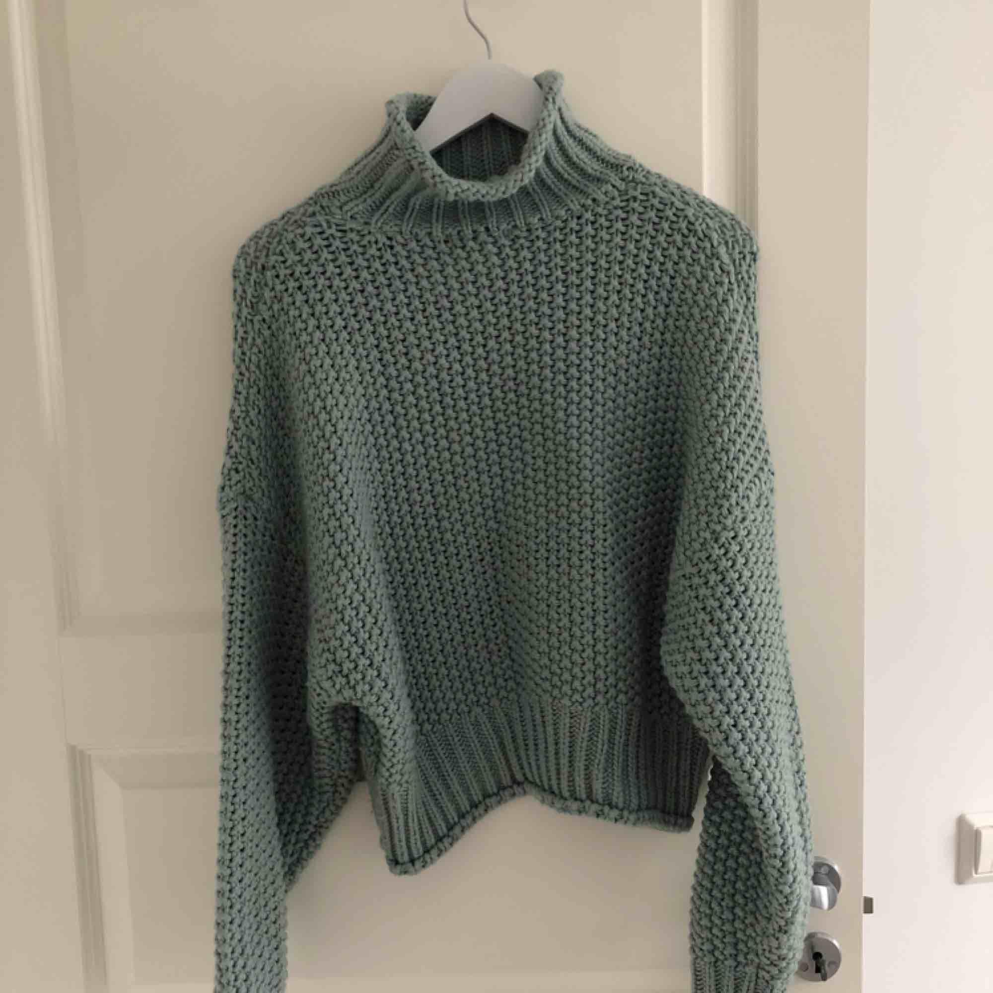 Fin grön stickad tröja från HM. Sparsamt använd så i fint skick! Frakt betalas av köparen. Katt finns i hemmet. . Stickat.