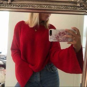 Röd stickad tröja med vida ärmar. Passar XS och S. Jättefin nu till hösten. Använd ca 3 gånger, i jättebra skick. Frakten kostar 73 kr🍁