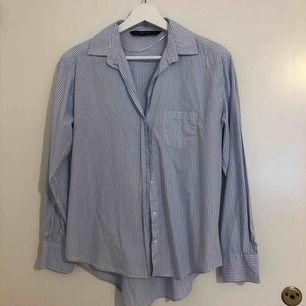 Skjorta ifrån Zara i storlek S. Knappt använd. Inköpt för runt 300. Frakt tillkommer.