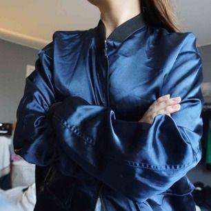 blå satin munkjacka från weekday! Storlek M. 150 kr inklusive frakt.