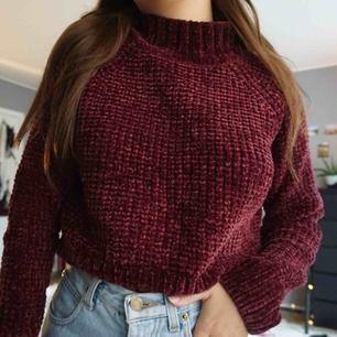 mörkröd sweater i storlek S. nyskick. supermysig nu till höst! sticks inte eller så🥳 120 kr inklusive frakt