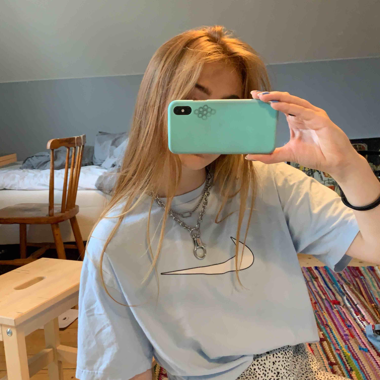 En ljusblå oversized niketröja! själva märket är lite slitet men det är inget man märker av på längre tag 🥰 Kommentera om vi ska diskutera priset!💜 frakt ingår inte. T-shirts.