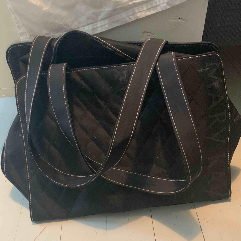 """""""Mary kay"""" väska Fick den av min moster så ingen aning om den är äkta Snygg iaf. Väskor."""