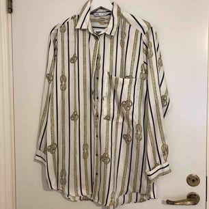 Mönstrad satinskjorta ifrån Zara. Aldrig använd, frakt tillkommer.
