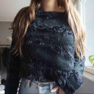 svart fluffig sweater i storlek S från Saint Tropez. 120 kr inklusive frakt!