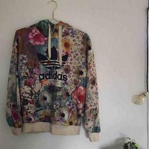 En superfin och unik hoodie från Adidas! Använd hyfsat mycket men förutom att den är lite nopprig ser den fräsch ut. Storlek 34, men ganska oversized. Pris kan diskuteras. Kan posta men köpare står då för frakt!🌻🌹🌺