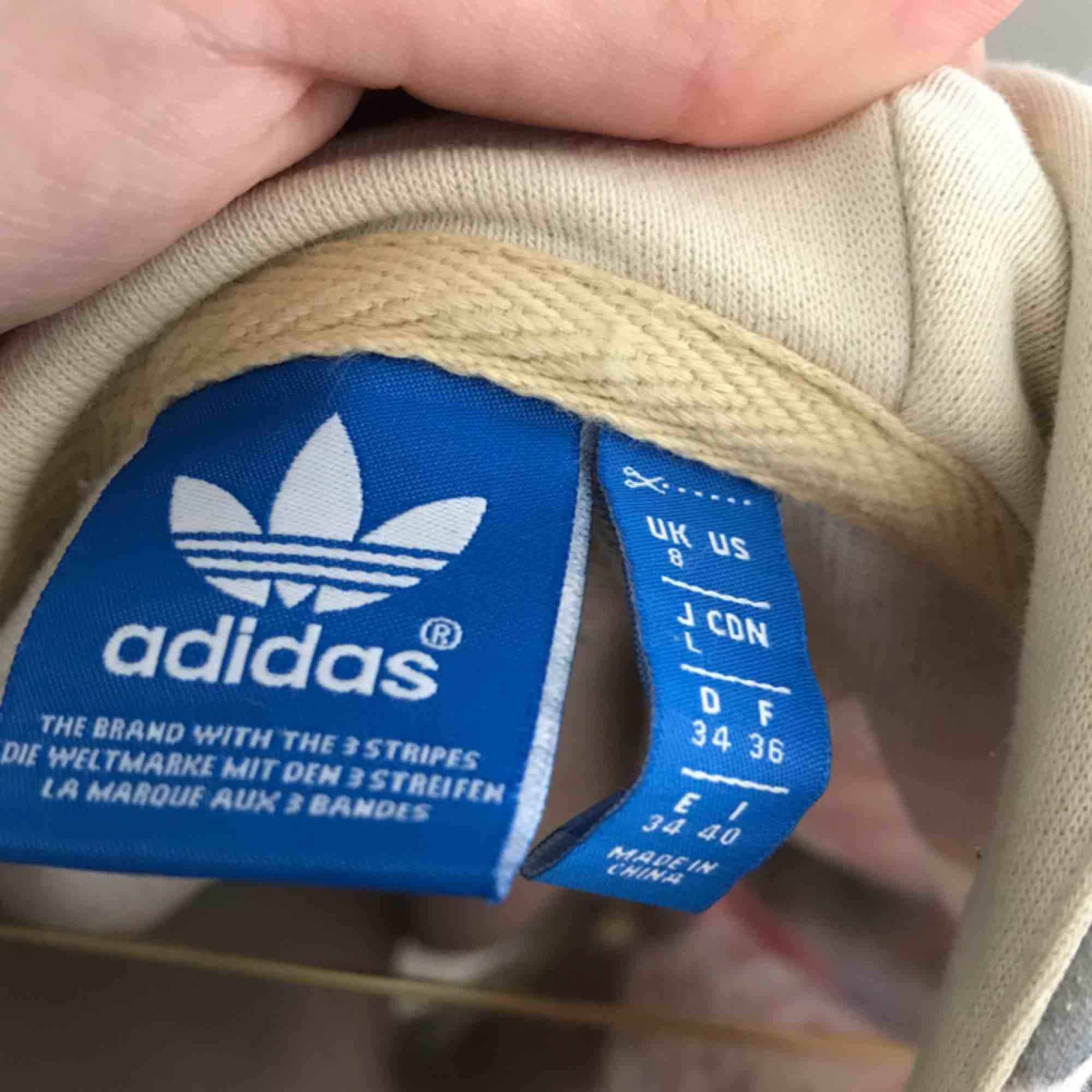 En superfin och unik hoodie från Adidas! Använd hyfsat mycket men förutom att den är lite nopprig ser den fräsch ut. Storlek 34, men ganska oversized. Pris kan diskuteras. Kan posta men köpare står då för frakt!🌻🌹🌺. Huvtröjor & Träningströjor.