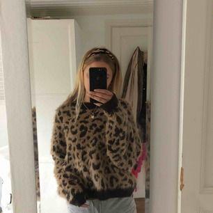 En mysig leopard tröja ifrån hm, säljer för att den inte kom till lika mycket användning som jag trodde💕💕