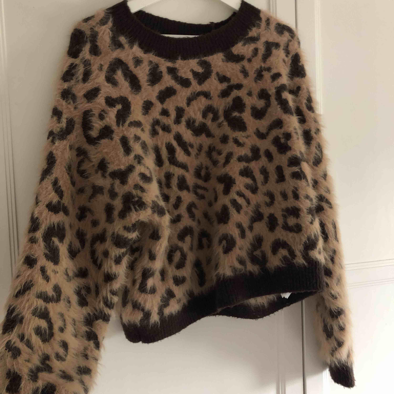 En mysig leopard tröja ifrån hm, säljer för att den inte kom till lika mycket användning som jag trodde💕💕. Stickat.