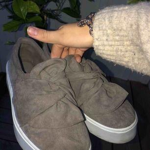 Säljer mina supersöta skor pga de inte kommit till användning, bara använda 2 gånger!  ^Frakten avgörs på vikten och kan ej svara på nu hur mycket den kommer kosta ^