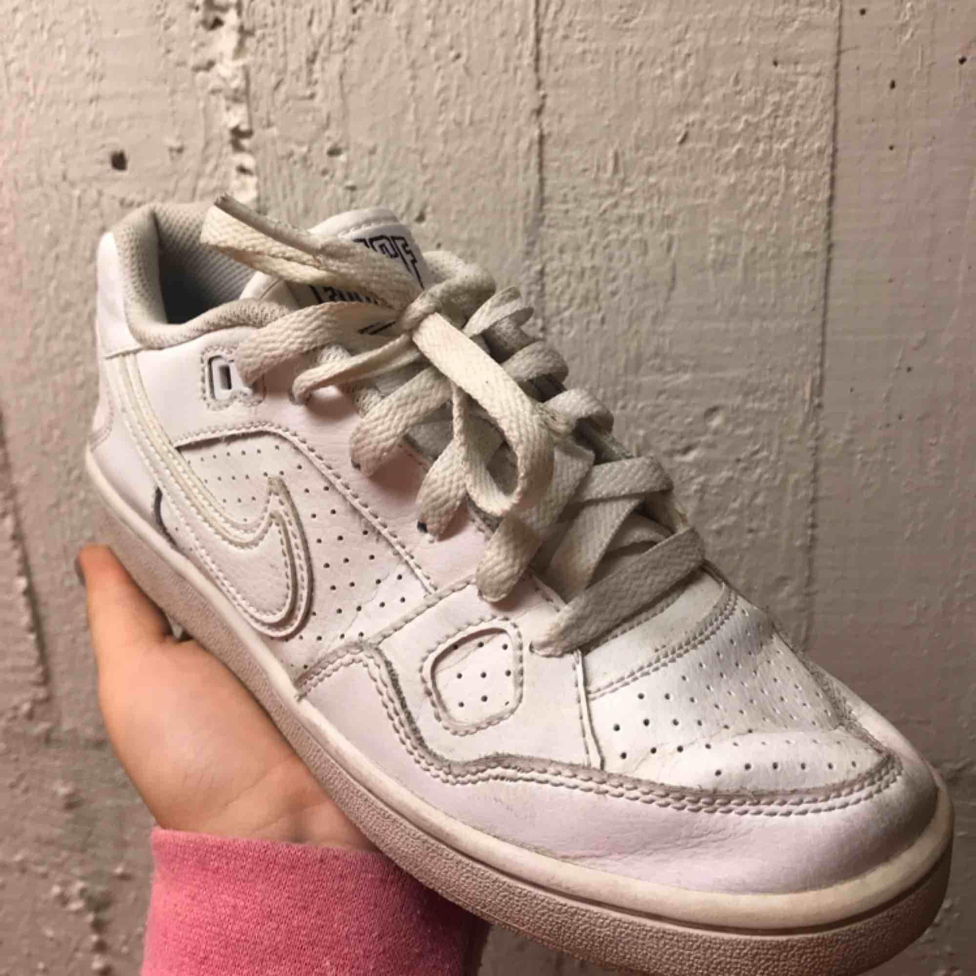 Välkomna att buda på alla dessa skor! Alla är i storlek 36 förutom de sista paret som är storlek 41. Ni kan få kompispris ju fler skor ni köper:) . Skor.