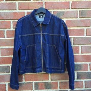 Säljer denna helt oanvända jeansjackan från junkyard, märke sweet sktbs!