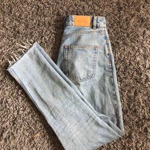 mina absolut favorit jeans ifrån monki. Detta är dom snyggaste jeansen jag haft men tyvärr har dom blivit för tajta i midjan😢. Dom är supersnygga då dom är långa i benen och snygg slitning längst ner. Jag är 175 cm lång🥰💕supersnygg färg också