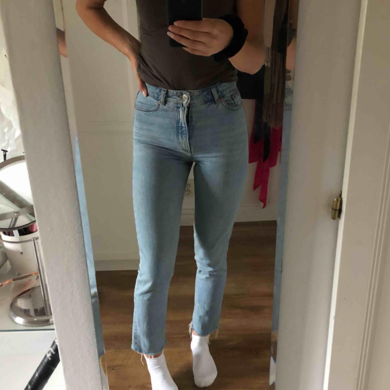 mina absolut favorit jeans ifrån monki. Detta är dom snyggaste jeansen jag haft men tyvärr har dom blivit för tajta i midjan😢. Dom är supersnygga då dom är långa i benen och snygg slitning längst ner. Jag är 175 cm lång🥰💕supersnygg färg också. Jeans & Byxor.