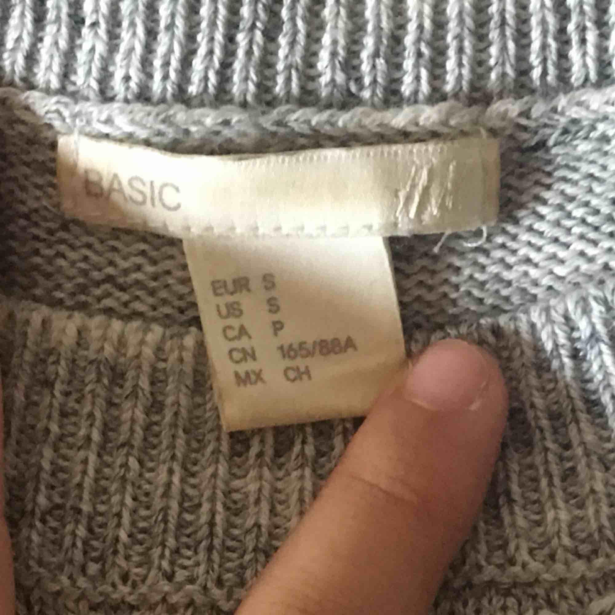 En tröja jag köpte för att alla andra i klassen hade en, tyvärr så gillade jag aldrig denna stil. Köpt från H&M. Stickat.