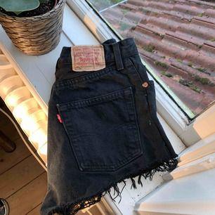 Levi's jeansshorts i storlek S/M som är köpta på humana! De är använda ett fåtal gånger men är supersnygga! 😊😊kommentera om vi ska diskutera priset! frakt ingår ej💓💓 Det är inte riktigt shortssäsong men jaja hihih😂😝