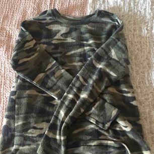 En fin tröja från ginatricot, tyvärr har jag aldrig varit intresserad i kamouflage ... insåg nyss att jag endast har tagit bild på min säng haha