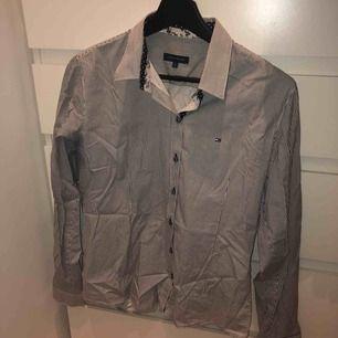 Tommy Hilfiger skjorta i storlek L skit snygg att te. X knyta. Aldrig använd. Köparen står för frakten 59kr. Jag tar swish eller meet up i västerås.💗