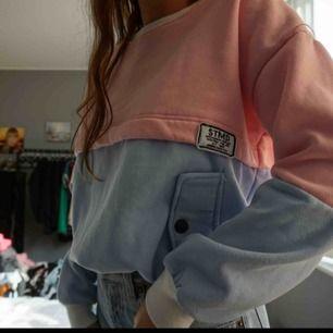 rosa/blå tjocktröja med fickor. så mysig! Strl S, 130 kr inklusive frakt🥳