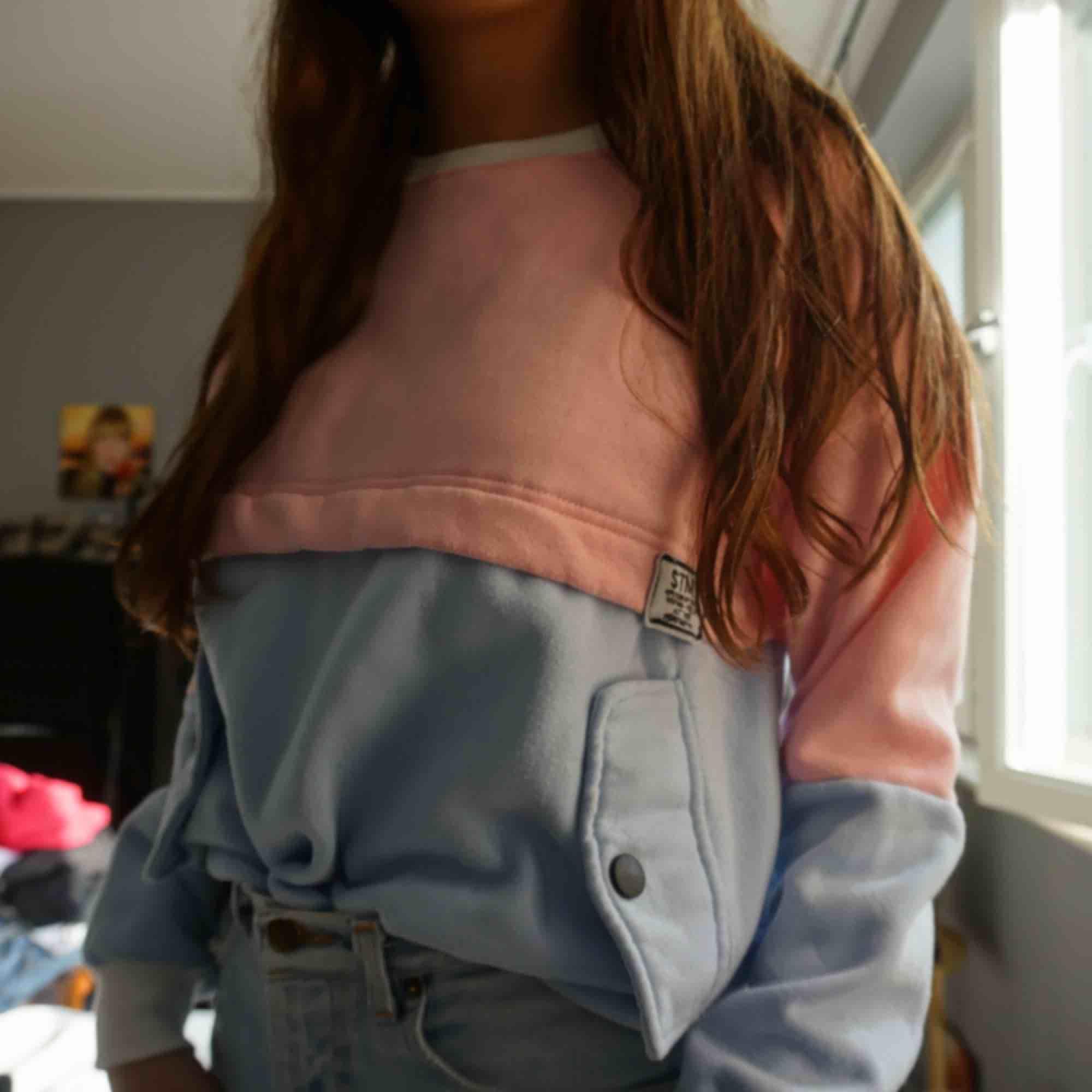 rosa/blå tjocktröja med fickor. så mysig! Strl S, 130 kr inklusive frakt🥳. Huvtröjor & Träningströjor.