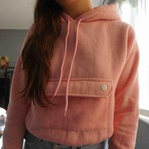 kort rosa hoodie storlek XS. mysig!! 130 kr inklusive frakt