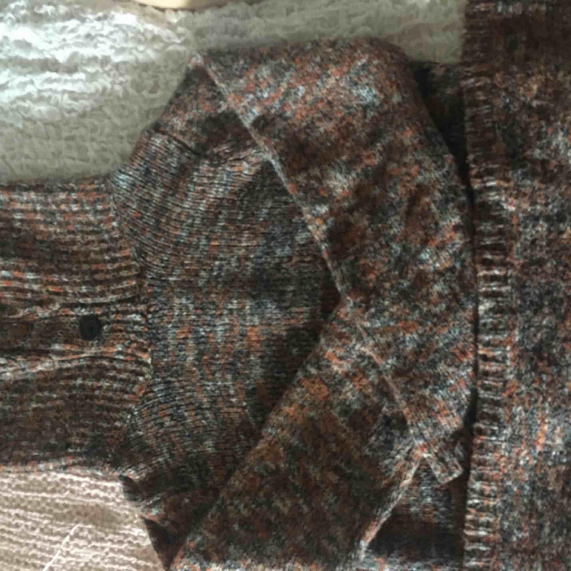 En underbar tjock tröja som kan användas som en klänning. Väldigt skön att ha på sig. Stickat.