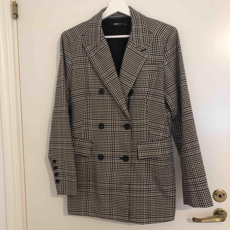 Fin blazer som kan användas som klänning/ blazer eller tillochmed en jacka. Inköpt för 599kr ifrån ginatricot. Knappt använd. Frakt tillkommer.. Jackor.