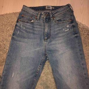 Lager 157 jeans med lite slitningar, aldrig använda, passar mig som är ca. 167cm lång. Köparen står för frakten och jag tar swish eller meet up i västerås 💗