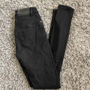 Ett par svarta jeans från tiger of sweden. Har tyvärr blivit för små. Sitter bra på mig i benen och jag är 175 cm lång💘💘