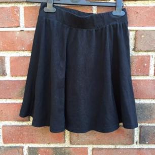 Säljer denna söta svarta kjolen!