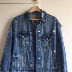 Oversize jeansjacka storlek S  Finns i Lund men kan fraktas mot fraktkostnad  Köpt från new yorker Knappt använd