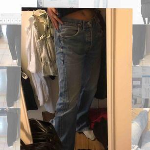 Sjukt coola Levis Jeans. Vet inte vilken storlek det är. De passar nog alltifrån S-L beroende på hur man vill att de ska sitta. Jag är en S och de här är rätt så stora på mig. Men tycker det är sjukt snyggt när de e förstora.