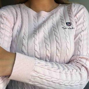 Ljusrosa kabelstickad tröja Från Bondelid, nypris 600 kr