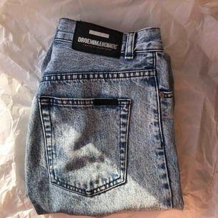 nora acid wash jeans från Dr. Denim, storlek 26 i midjan o 30 i längd. högmidjade med tapered leg, mom jean modell. relativt använda, men i fint skick! ca 600kr vid inköp :)