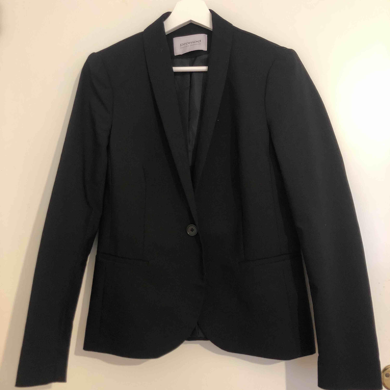 Fin kavaj ifrån Promod. Inköpt för 599kr i Frankrike i somras. Använd max 1/2 gånger pga att den är en aning för liten. Frakt tillkommer. Kostymer.