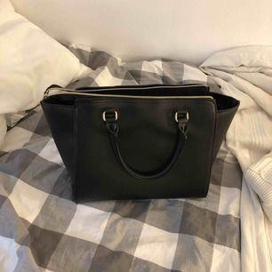 Jättefin väska som rymmer mycket! Nästan aldrig använd fint skick🤪🤘🏼🍇🧚🏻♀️ möts upp i Stockholm eller så tillkommer frakt