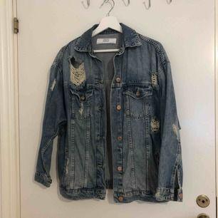 Sliten jeansjacka ifrån Zara. Inköpt för 600kr, knappast använd. Frakt tillkommer.