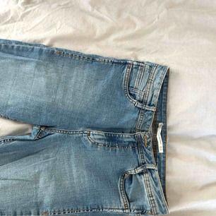 Jeans från Zara. Superstretchiga och sköna.fransar nedtill. Strl 36, hög midja