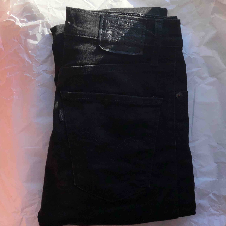 svarta Mile High Super Skinny från Levi's, storlek 27. använda några enstaka gånger, men i bra skick! 1000kr nyinköpta. :). Jeans & Byxor.