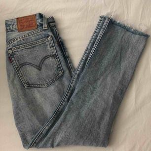 säljer mina galet snygga Levis jeans i modellen wedgie straight då de tyvärr har blivit för små, de är i superfint skick! Betalningen sker via swish och fraktavgift tillkommer💞