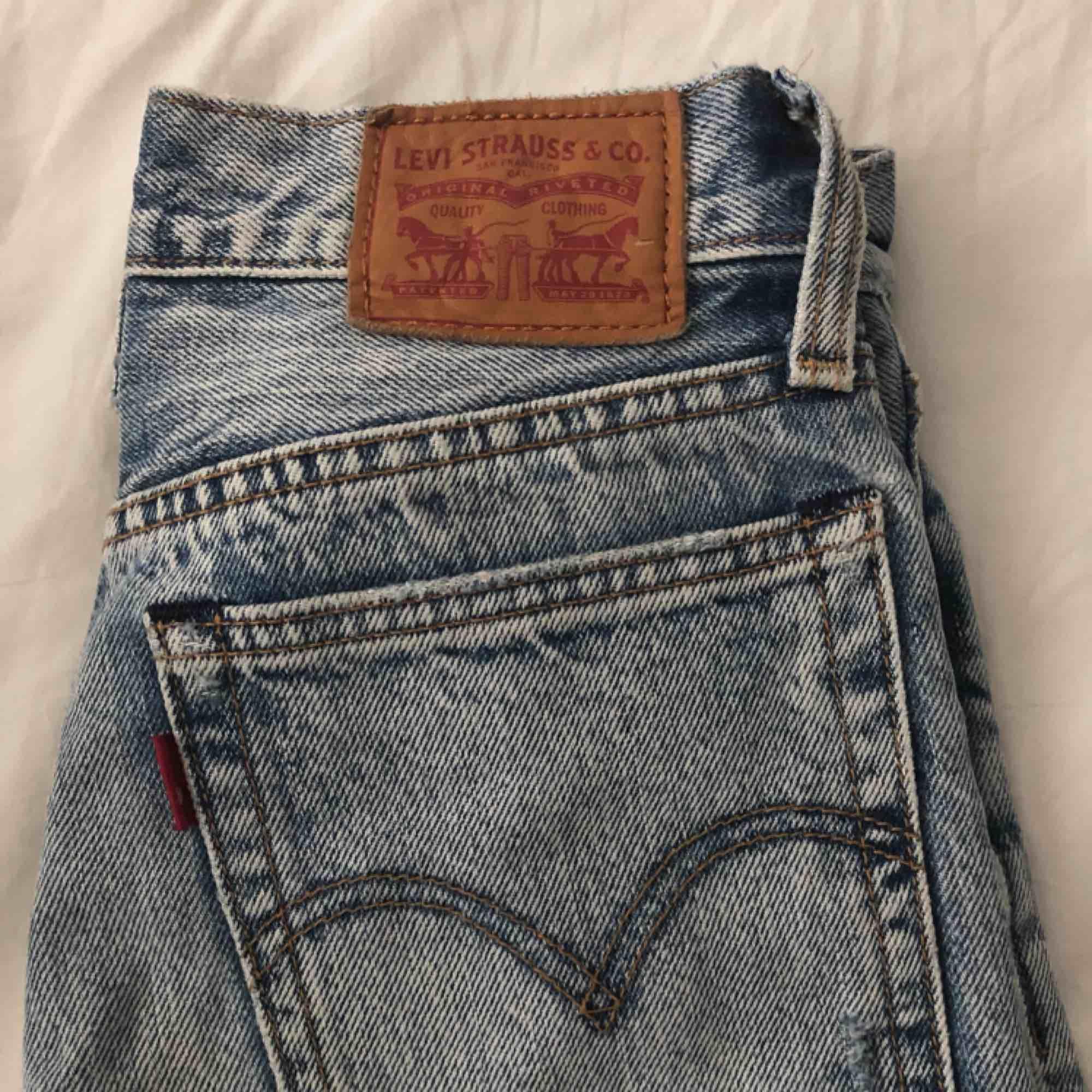 säljer mina galet snygga Levis jeans i modellen wedgie straight då de tyvärr har blivit för små, de är i superfint skick! Betalningen sker via swish och fraktavgift tillkommer💞. Jeans & Byxor.