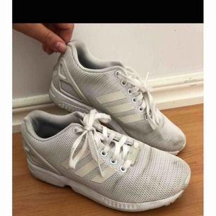 Adidas flux, kan tvättas & blir mycket vitare efter en tvätt. Frakt tillkommer.