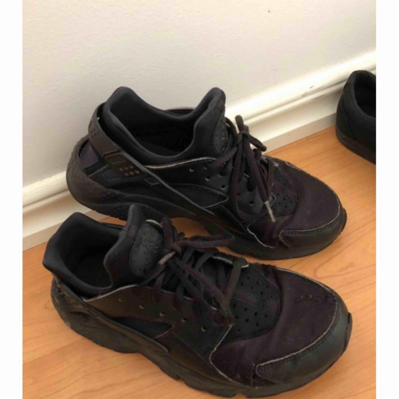 Nike huaraches , inköpta för ca 1000kr (kommer ej ihåg exakt). Frakt tillkommer.. Skor.
