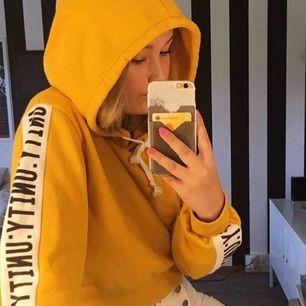 Jättefin gul lite croppad tröja från BikBok, skulle inte säga att den är i dåligt skick. Frakten ligger på 55kr