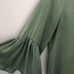 Klänning från Zara. Ljusgrönt sammetstyg.