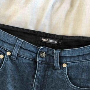 Vida jeans från Filippa K. Mörkblå färg. Sitter som en smäck. Långa i benen