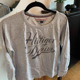 En college tröja från Tommy hilfiger. Den är använd men I väldigt bra skick. Frakt står ni för!