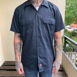 Säljer en typ oanvänd, endast använd 2 tillfällen, Dickies Slim Work shirt  i marinblå färg. Köpt ny på carlings för ca 500kr. Pris 250kr eller bud! Köparen står för frakt. Swish helst! 🌴