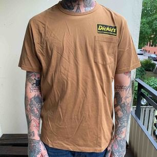 Helt oanvänd Dickies pocket t-shirt i brun färg, storlek large & nypris var ca 250kr. Pris 100kr eller bud, Köparen står frakt. Swish finns! 🌴