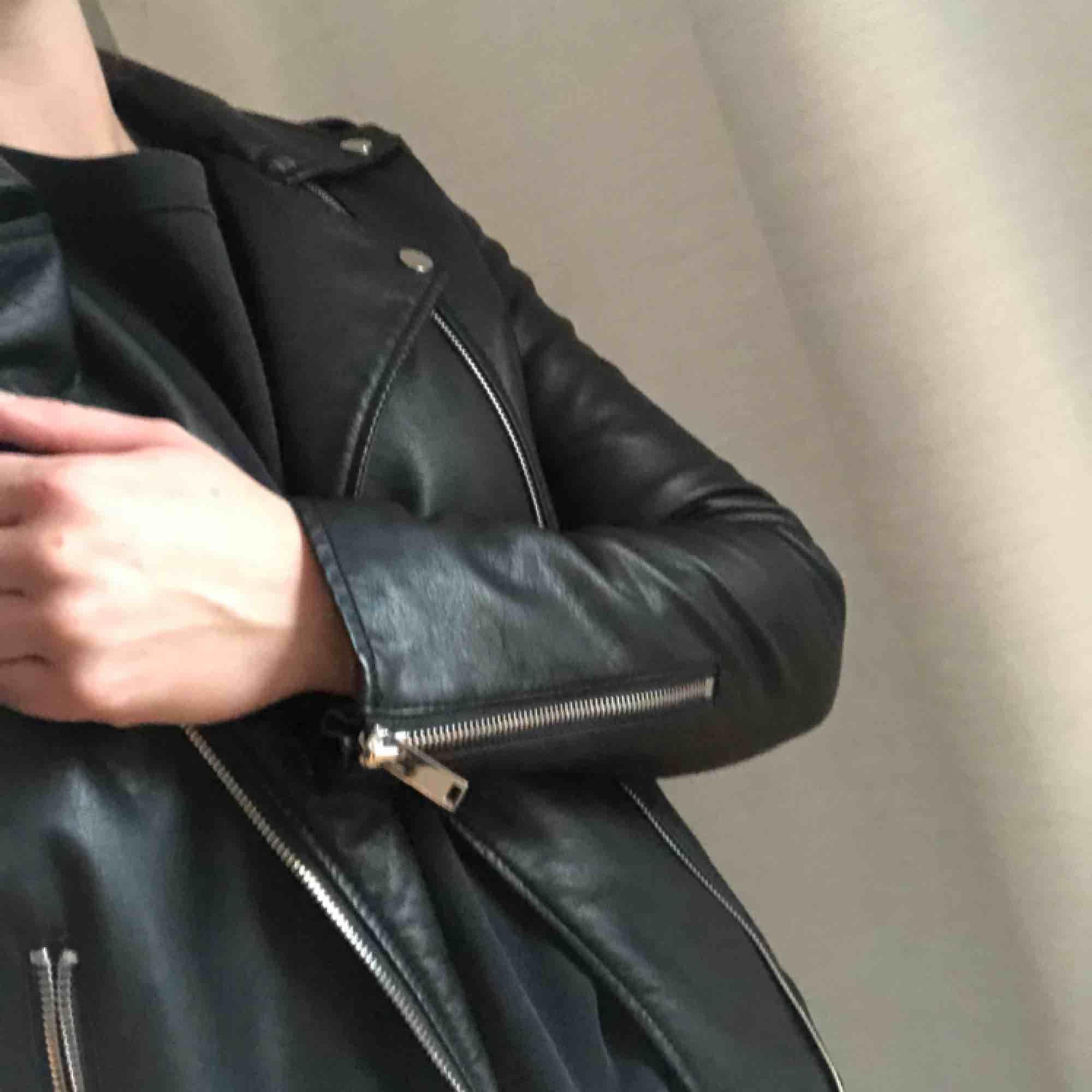 Oanvänd svart skinnjacka från VILA i storlek small.  Kan endast mötas upp i Stockholm.. Jackor.